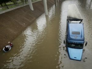 Тексас е под вода, Хюстън е напълно парализиран, 5 души са загинали, броят им ще расте ВИДЕО