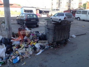 В Столипиново: Контейнерите празни, камари с боклук до тях, а иначе вятърът е виновен СНИМКИ