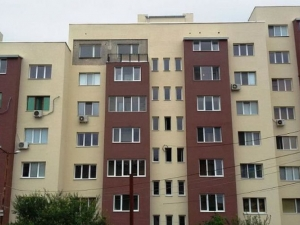 Санираха цял блок без един апартамент, собственичката я било страх да не се разболее СНИМКИ
