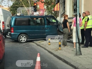Камера заснела катастрофата до Търговската, бусът се врязал на метър от пешеходец ВИДЕО