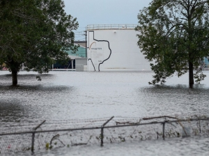 Експлозии избухнаха в наводнения химически завод в САЩ
