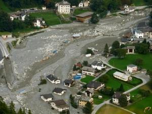 Свлачища затрупаха Швейцария, хиляди са откъснати от света