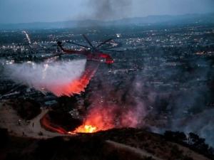 Голям пожар бушува в Лос Анжелис, евакуираха стотици души СНИМКИ