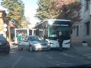 Катастрофа между кола и автобус блокира Гладстон