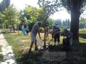 Доброволци садиха билки, почистиха и боядисаха пейки, пързалки и люлки около река Марица СНИМКИ