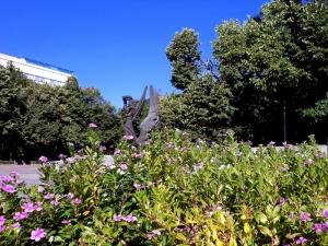 Паметникът на Съединението замирисва на люляк, 50 хиляди цветя красят площада СНИМКИ