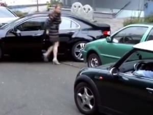 Ох, тези жени шофьорки! Опит за паркиране предизвика смях в мрежата ВИДЕО
