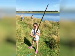 Момиче извади меч от езерото, където крал Артур е хвърлил Екскалибур СНИМКИ