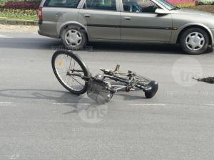 Пиян до козирката велосипедист се натресе в паркирана кола в Тракия, в болница е