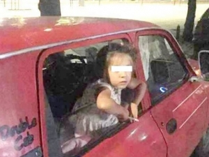 Фейсбук гръмна! 5-годишно момиченце пуши, а майка му цъка на телефона