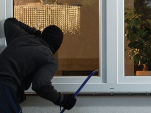 Апаши нахлуха в жилище в Първенец, отмъкнаха пари и телевизор