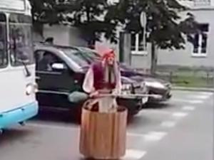 Баба Яга размаха метлата на кръстовище, наби светофара и отпраши да краде деца ВИДЕО
