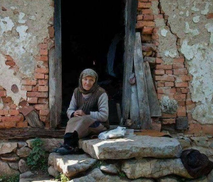 Трогателна история! Самотна жена остана сам-сама навръх рождения си ден, децата сигурно са заети СНИМКА