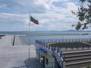 Злочеста съдба: Мъж получи инсулт, а дни по-късно се удави на пристанището в Поморие