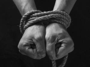 Фатална жена подмами мъж, нейни авери го отвлякоха, пребиха и насилиха сексуално