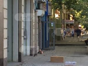 На косъм от трагедия! Мазилка полетя от четири метра на сграда в центъра на Пловдив СНИМКИ