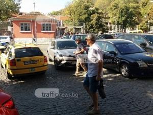 Пълен хаос пред пловдивско училище! Първият учебен ден блокира улица СНИМКИ+ВИДЕО