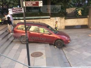 """Пълен абсурд: Кола кацна на стълбите на подлеза на аптека """"Марица"""", шофьорът ѝ няма обяснение! СНИМКИ"""