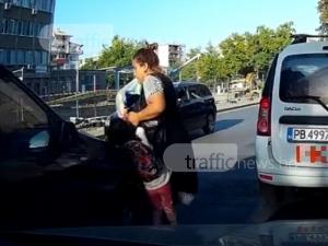 Кола блъсна дете в Пловдив, защото майката говори по телефона ВИДЕО 18+