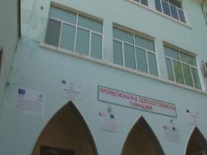 Ученици пребиха зверски учител в гимназия в Садово ВИДЕО