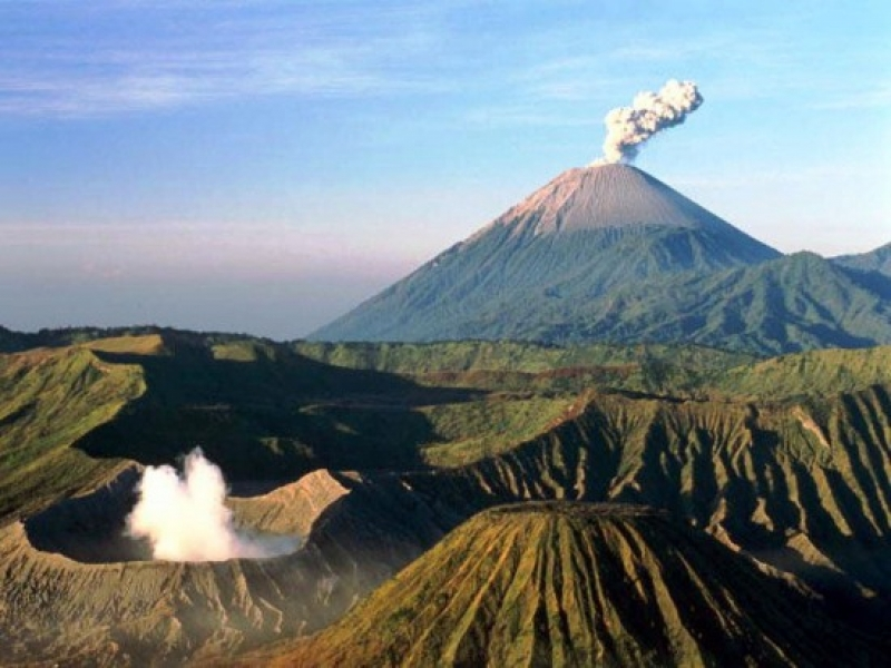 Активен вулкан заплашва жителите на Бали
