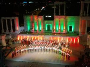 Магията на българския фолклор завладя Античния театър СНИМКИ