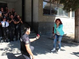 Вълнуващо вричане: Жандармерист поиска ръката на приятелката си, минути след като положи клетва СНИМКИ