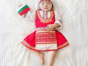 Корейско бебе с българска носия - хит в интернет СНИМКИ и ВИДЕО