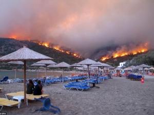 Десетки пожарникаря гасят големия пожар на Халкидики