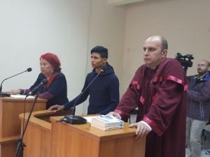 Ученикът, ударил с кол учител в Садово, остава зад решетките