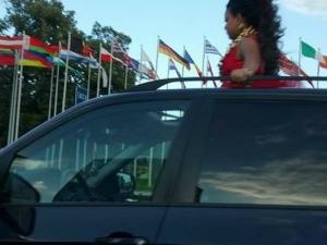 Знойна каскадьорка се пери от люка на луксозен джип по време на движение СНИМКИ