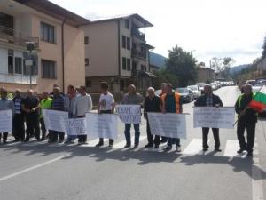 Работници с неизплатени заплати блокираха пътя Смолян - Пловдив