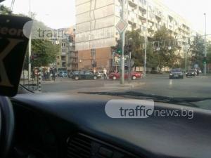 Два автомобила се засякоха челно на булевард Руски СНИМКА