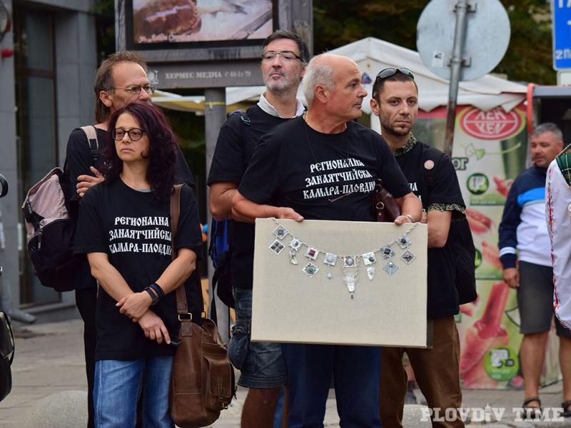 Осем бижутери създадоха уникална сребърна огърлица в Пловдив