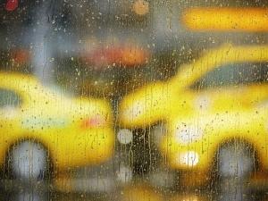Такситата в Пловдив свършиха в дъжда! Централите прегряха от обаждания