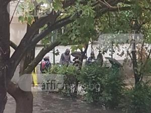 Труп лежи пред жилищен блок в Пловдив! СНИМКИ