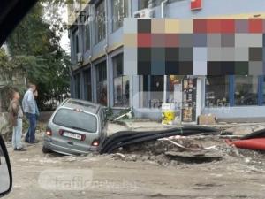 """Кола пропадна в ров от ремонта на бул. """"6 септември"""" СНИМКИ"""