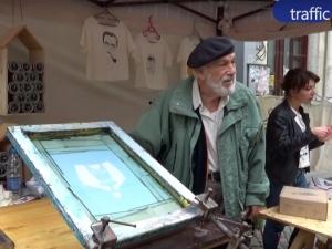 80-годишен художник създава модерни тениски в Капана ВИДЕО