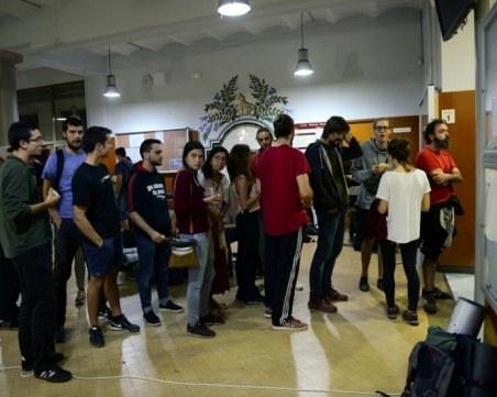 Огромни опашки! Жители на Каталония гласуват на противоконституционния референдум за автономност СНИМКИ