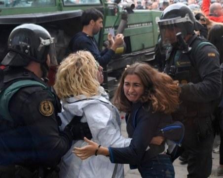 Полицаи бият протестиращи в Каталуния! 38 са ранени, размириците продължават ВИДЕО 18+