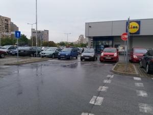 Нахалството мина в друго измерение: Запушиха цял изход на паркинг СНИМКА