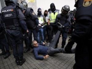 Над 300 са вече ранените в Каталуния! Полицаи бият наред и арестуват ВИДЕО