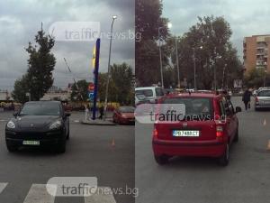 """Шофьор на порше паркира като цар пред супермаркет в Пловдив, друг последва """"примера"""" СНИМКИ"""