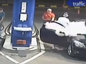 Бесен бензинджия загаси цигарата на нагъл перничанин ... с пожарогасител! ВИДЕО