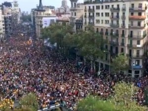 Хиляди излязоха на протест в Барселона след насилствената акция срещу референдума ВИДЕО