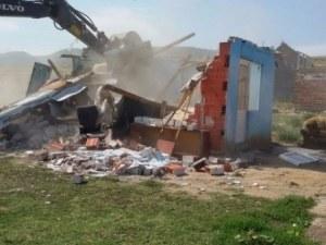 Нова акция в Асеновград! Още 18 незаконни сгради събарят в ромската махала
