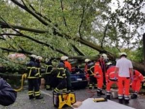 Извънредно положение в Хамбург и Берлин заради буря! Жена загина, затисната от дърво СНИМКИ