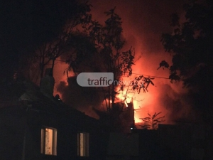 Огнен ад в центъра на Пловдив – горят две къщи СНИМКИ+ВИДЕО