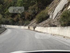 Свлачище застрашава шофьори заради разрушена подпорна стена СНИМКИ