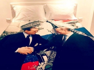 Берлускони подари на Путин постелка с ликовете им